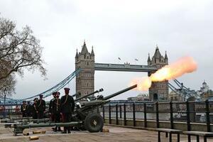 10日、フィリップ殿下の死去を受け、ロンドンで弔砲を放つ英国軍(ゲッティ=共同)