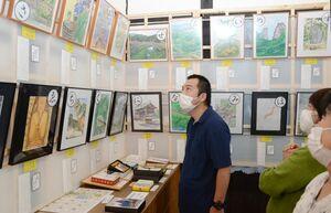 「ふるさと山内いろはカルタ」の原画31点を展示する会場=武雄市山内町のJR三間坂駅コミュニティスペース「悠」