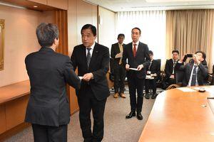 JR九州にダイヤ改正の再考などを要望した横尾俊彦多久市長(左から2人目)=福岡市のJR九州本社