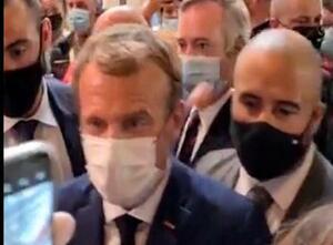 27日、フランス南部リヨンでゆで卵とみられる物を投げ付けられるマクロン大統領のビデオ映像(LYONMAG.COM/AP=共同)