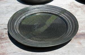 細やかな文様と色味が美しい「黒唐津平皿」