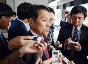 希望の党共同代表選の敗戦後、記者団の質問に答える大串博志衆院議員