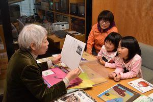 文科大臣表彰を受けた「草ひばり」の読み聞かせ活動。右から3人目が陳瑩さん=伊万里市民図書館