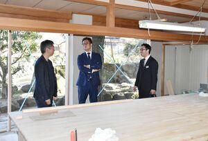 オフィスに改装中の現場を見る(左から)小原社長、本田社長、村上市長=嬉野市の温泉旅館「和多屋別荘」