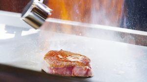 佐賀牛を調理するシーン