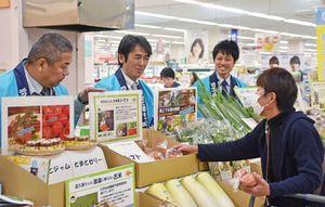 下水肥料で育てた農産物を選ぶ買い物客=佐賀市のイオンモール佐賀大和店