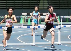 陸上女子400メートル障害決勝 大会新の59秒11で優勝した「鹿島」の今村莉花(右)=大分市の大分銀行ドーム(亀山泰人さん撮影)