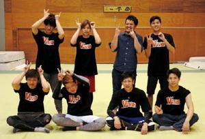 VIVOを立ち上げた井田清介さん(後列右から2人目)とパフォーマーたち=神埼市の神埼清明高新体操場