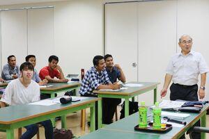 明治維新について学ぶ学生=佐賀市の西九州大学短期大学部