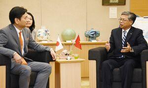 山口祥義知事(左)に着任のあいさつをするヴー・ビン総領事=佐賀県庁