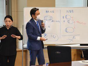 重症以外は自宅療養という政府の方針に対して、佐賀県の医療体制の確認をする山口祥義知事(右)=3日午後、佐賀県庁