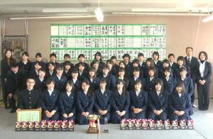 全日本高校書道コンクールで22連覇を果たした佐賀北高書道部=佐賀市の佐賀北高