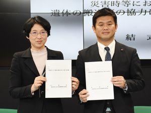 災害協力の協定を結んだ吉田昌敬理事(右)と川久保三起子健康福祉部長=佐賀県庁