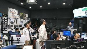 探査機はやぶさ2の小惑星りゅうぐう出発に向け準備を進める管制室=13日午前、相模原市(JAXA提供)
