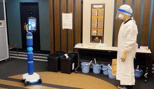 軽症・無症状の人が療養するホテルに導入された「案内ロボット」。患者はロボットに取り付けられた画面越しに看護師らへの遠隔相談ができる(佐賀県提供)