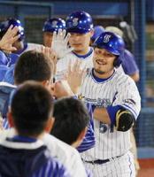 ロッテ戦で逆転満塁本塁打を放ち、ナインに迎えられるDeNAの宮﨑敏郎選手=6月15日、横浜スタジアム