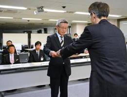 大川内局長から賞状を受け取る各消防本部の代表者=佐賀県庁