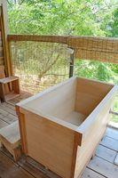 離れに作られた、薪でたく露天のひのき風呂