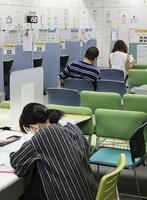 東京都品川区のハローワークで、就職相談の順番を待つ人たち=8月