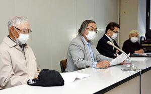 東松浦郡玄海町の脇山伸太郎町長の現金受領問題を巡り、佐賀地検に告発状を提出して記者会見を開く市民団体メンバーら=佐賀県庁
