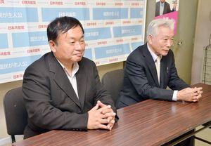 落選が確実となり、「前職の知名度に及ばなかった」と敗戦の弁を述べる大森斉さん(左)と共産党県委員会の今田真人委員長=22日午後11時30分ごろ、佐賀市の党県委員会事務所