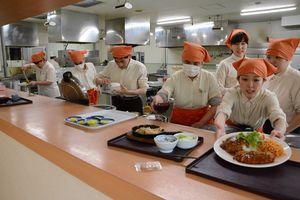 味がよく値頃感のある定食が人気の「食事処かささぎ」。障害当事者が働く場として定着し、10周年を迎えた=佐賀市役所内