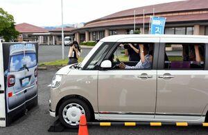 誤発進防止装置機能を体験する参加者ら=吉野ヶ里町の三田川健康福祉センター「ふれあい館」