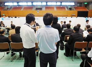 約200人の就職希望者が訪れた「障害者就職面接会」=佐賀市のSAGAサンライズパーク総合体育館