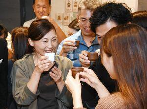 「佐賀酒で乾杯プロジェクト」で、笑顔で乾杯する参加者=佐賀市の「SAGA BAR」