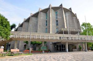 2017年の衆院選で佐賀市の開票所となった市村記念体育館。今年は全国高校総合文化祭の会場の一つとなっているため、佐賀市は代替施設を確保している=佐賀市城内