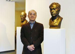 「佐賀の偉人像展」を開いている德安和博さん。右は江藤新平、奥は副島種臣の胸像=佐賀市の画廊憩ひ