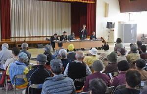約300人が集まり、町立病院の経営移譲について説明を受け、意見を交わした説明会=大町町公民館