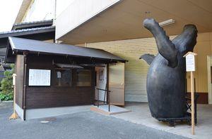 松浦漬本舗の本社敷地内に建つ「山見小屋」。右はザトウクジラのモニュメント=唐津市呼子町