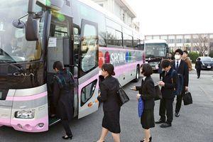 福岡で開かれる合同会社説明会に向けてバスに乗り込む学生たち=佐賀市の佐賀大学本庄キャンパス