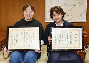 迷子の男児を保護して伊万里署長から感謝状を受け取った(左から)井手舞奈美さん、天舞さん=伊万里市の同署