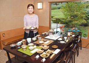 同じ技法でつくられた小鉢や小皿が並ぶ展示コーナー。器を使って3点のスイーツも楽しめる
