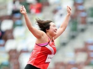 女子やり投げ予選 1投目に62メートル06をマークし、喜ぶ北口榛花=国立競技場