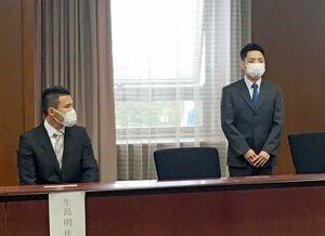 壮行会で決意を述べる原田幸拓さん(右)と生島明さん=佐賀市の県庁