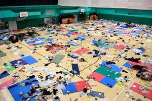 香港理工大構内の体育館に設けられたデモ隊のための休憩所。人もまばらだった=20日、香港(共同)