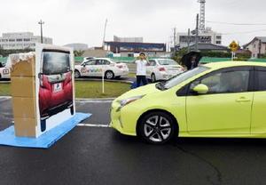 車両に見立てたパネルの直前で自動ブレーキで止まる車両=佐賀市の佐賀城北自動車学校