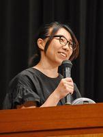 同和問題について語る上川多実さん=佐賀市の市文化会館