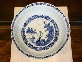 西原章さんが作った「倣・染付山水文鎬大皿」。泉山陶土特有の青みがかった白に焼き上がった