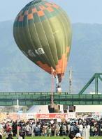 (競技中にJRバルーンさが駅近くの鉄道架線に引っかかた気球