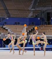 東京五輪テスト大会でボールの演技を披露する新体操団体の日本代表「フェアリージャパン」=8日、東京・有明体操競技場