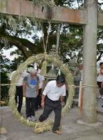 無病息災を願いながら、巨大な茅の輪をくぐる参拝者たち=みやき町白壁の千栗八幡宮