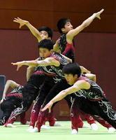 新体操男子団体 17・900点の高得点で優勝した神埼清明=宮崎県体育館
