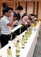 7種類の日本酒を飲み比べする参加者たち=佐賀市の佐嘉神社記念館