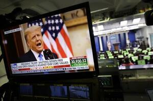 米ホワイトハウスで、テレビ画面に映るトランプ大統領=19日(UPI=共同)