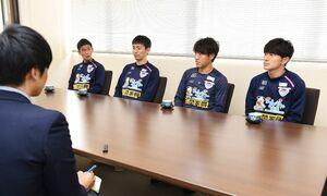 サッカー・J1のシーズン終了報告に訪れたサガン鳥栖の選手たち=佐賀新聞社
