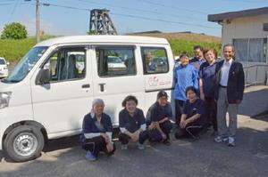 新しい作業車の納車を祝う「竹の里」の職員と利用者ら=多久市東多久町